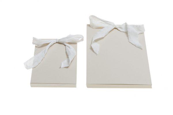 אלבום/ספר אורחים בצבע שמנת עם שרוך פשתן לבן